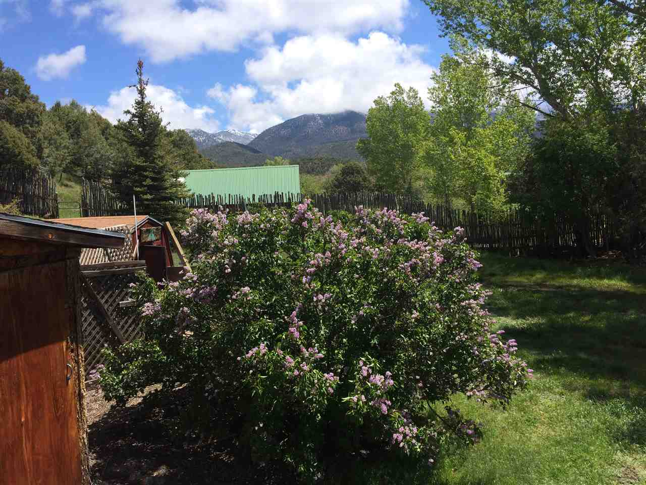 5 Medina Road, San Cristobal, NM 87564