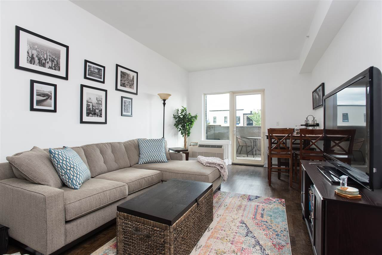One bedroom with den, 1 1/2 bath fully renovated in the Thread. Enjoy a fabulous NYC view from your private patio. Hardwood floors throughout, w/d, open and renovated kitchen, WIC, and modern bathrooms. 24 doorman, gym, courtyard for grilling, resident's lounge and garage parking included!