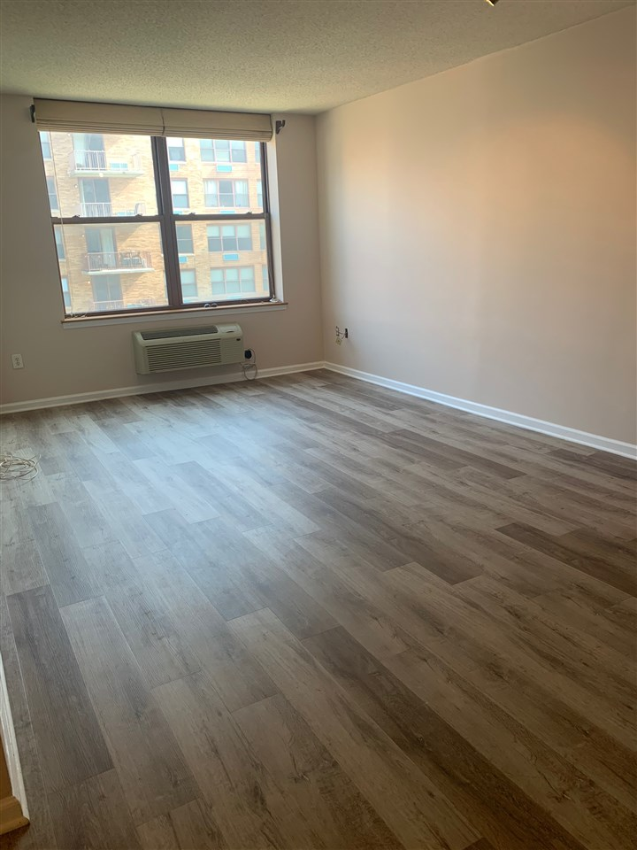 Beautiful 1 BR/1 BA on the 8th floor of this luxury, waterfront, 24/7 doorman building. Enjoy coming home to your own balcony with views of NYC, Hudson River & courtyard. 24/7 doorman, courtyard (4th fl.) gym (3rd fl. with one time fee), on-site, garage parking (fee), pool (fee). Close to ferry, shops, restaurants, parks and marina.