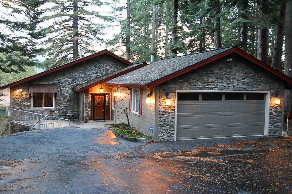 Single Family Homes 为 销售 在 418 Peninsula Drive Lake Almanor, 加利福尼亚州 96137 美国