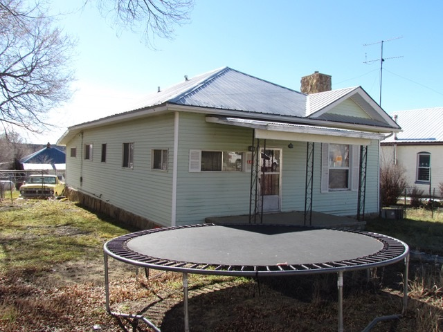 3 bedroom 1 bath house in Cimarron. Affordable with lots of potential!